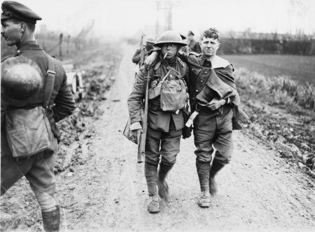 Di ritorno dalla battaglia di Hazebrouck, cittadina nei pressi di Merris, in Francia, sul Fronte Occidentale. La battaglia fu scatenata dai tedeschi che volevano conquistare il centro abitato. A fermarli fu la 1° divisione australiana. La battaglia fu una delle 7 fasi di quella che è ricordata come la 4° battaglia di Ypres. Archivio Mary Evans, autore sconosciuto, 12 aprile 1918.