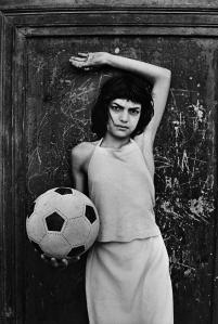 Palermo. 1980. Una bambina con un pallone in mano nel quartiere della Cala