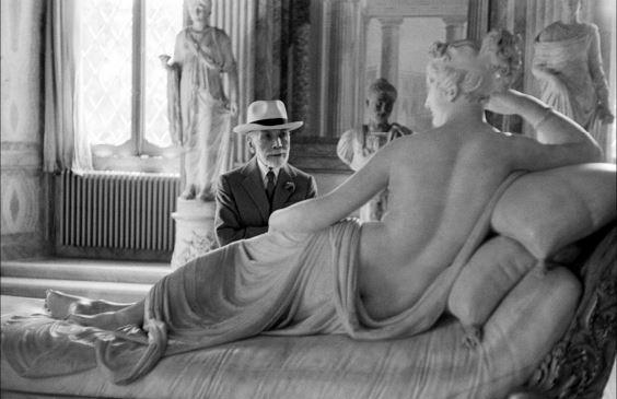 David Seymour, Bernard Berenson osserva la statua di Paolina Borghese di Antonio Canova alla Galleria Borghese di Roma. Roma, 1955 @ David Seymour - Magnum Photos