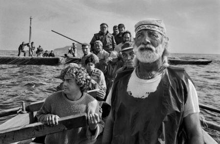 Sebastião Salgado, Gli equipaggi, condotti dal rais, si radunano all'alba per dare inizio alla mattanza. Trapani, 1991 @ Sebastião Salgado - Amazon Images