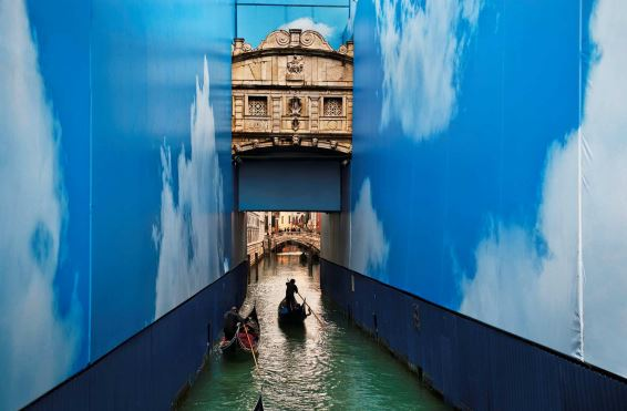 Steve McCurry, Gondole in un canale. Venezia, marzo 2011 @ Steve McCurry