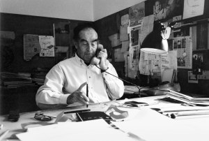4 - Vico Magistretti, al telefono - Cortesy Fondazione Vico Magistretti