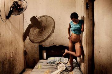 Salvador de Bahia, Brasile, 2009. Gisela è una prostituta di 2 1 anni a cui stato tagliato un braccio per non aver restituito un debito contratto per aver comprato il paco © Valerio Bispuri