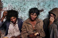 Lima, Perù, 2006. Ragazzi di strada mangiano dopo aver fumato paco © Valerio Bispuri
