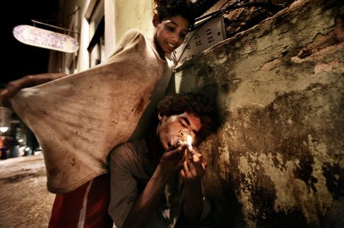 Salvador de Bahia, Brasile, 2009. José, 12 anni, consuma paco tra i vicoli del Pelurinho © Valerio Bispuri