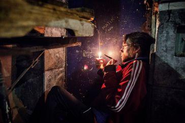 Buenos Aires, 2017. A notte fonda una giovane si nasconde in un antro dell ' estrema periferia di Buenos Aires per fumare paco © Valerio Bispuri