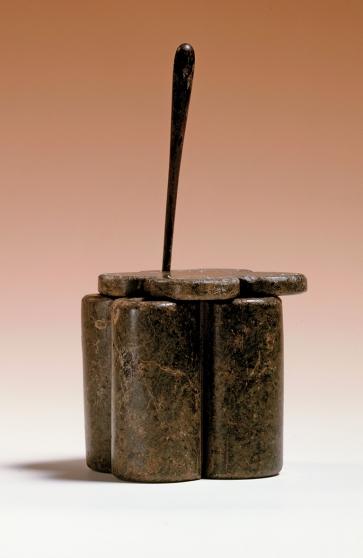 Quadruplice tubetto da khol. (Visione con pennino applicatore di khol inserito) (© Stichting Rijksmuseum van Oudheden, Leida) [Nr archiv. F 1995-5.3]