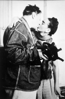 NICKOLAS MURAY FRIDA E DIEGO SULLO SFONDO SI OSSERVA I CAVI DELLA LUCE CHE SI TROVANO NELLO STUDIO SAN ÁNGEL. San Ángel, Città del Messico, 1938