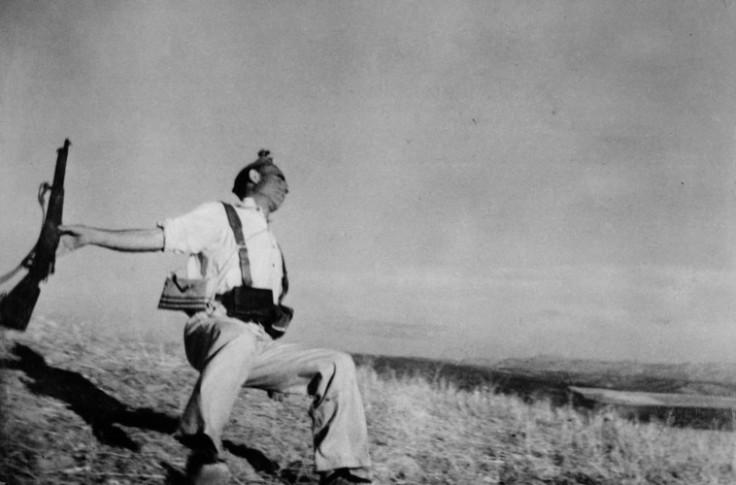 Morte di un miliziano lealista, fronte di Cordoba, Spagna, inizio settembre 1936 © Robert Capa © International Center of Photography / Magnum Photos
