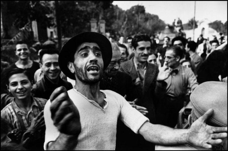 I civili accolgono le truppe americane. Monreale, Sicilia, Luglio 1943 © Robert Capa © International Center of Photography / Magnum Photos